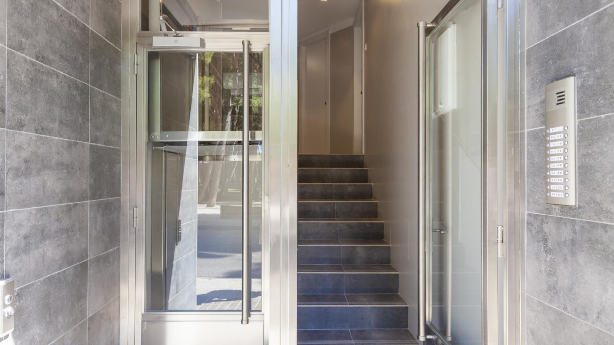 portal-edificio-comunidad-Zaragoza-escaleras